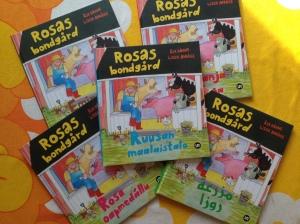 Rosas bondgård - tvåspråkig barnbok. Författare: Åsa Böhme. Illustratör: Lisen Adbåge. Utgiven på UR Förlag 2007.